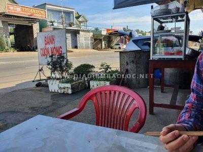 """Quán chỉ có biển hiệu """"bánh cuốn nóng"""", nằm gần cầu Đại Lào, đi từ phía cầu lên Bảo Lộc thì quán nằm phía bên phải"""