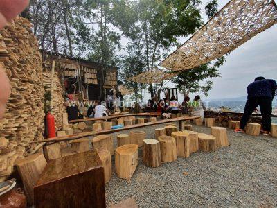 Quán sử dụng gỗ mộc là chủ yếu, từ bàn ghế đến các tiểu cảnh
