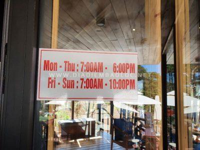 Quán mở cửa từ 7h-18h, riêng cuối tuần, quán bán đến 22h