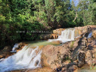 Trèo lên đỉnh thác bạn sẽ thấy còn 2 tầng thác nhỏ
